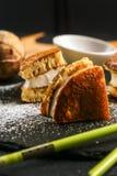 Dorayaki - en traditionell japansk söt efterrätt med sås och pudrat socker Arkivfoton