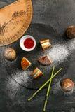 Dorayaki - en traditionell japansk söt efterrätt med sås och pudrat socker Arkivbilder