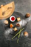 Dorayaki - uma sobremesa doce japonesa tradicional com molho e açúcar pulverizado fotografia de stock