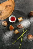 Dorayaki - uma sobremesa doce japonesa tradicional com molho e açúcar pulverizado Imagens de Stock
