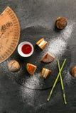 Dorayaki - un dessert dolce giapponese tradizionale con salsa e zucchero in polvere Immagine Stock