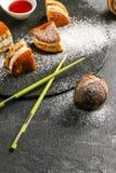 Dorayaki - un dessert doux japonais traditionnel avec de la sauce et le sucre en poudre photos stock