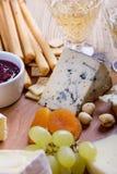 Dorblu Placa de corte de madeira do queijo, do fruto e do vinho Imagens de Stock