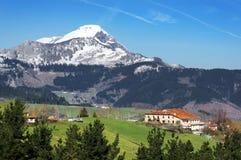 Dorf in Aramaio-Tal, mit schneebedeckten Bergen. Baskenland Lizenzfreie Stockbilder