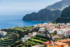 Dorf an Atlantik-Ufer und an den hohen Felsen Stockfoto