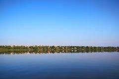 Dorf auf Banken des Flusses Stockbilder