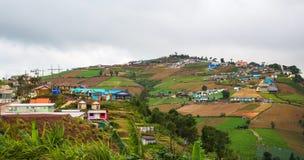Dorf auf Berg Stockfotos