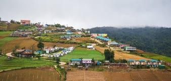 Dorf auf Berg Stockfotografie