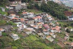 Dorf auf Bergabhang von Madeira Stockfotografie
