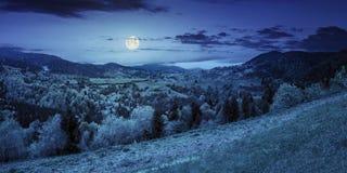Dorf auf Berghang nachts Stockfotos