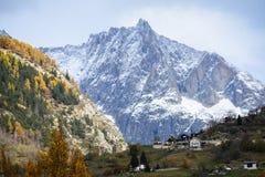 Dorf auf dem Berg in der Schweiz stockfotos