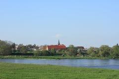 Dorf auf dem Elbe-Fluss Stockbild