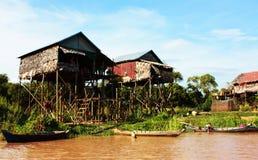 Dorf auf dem Fluss Lizenzfreies Stockbild
