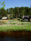 Dorf auf dem Flussufer lizenzfreies stockbild