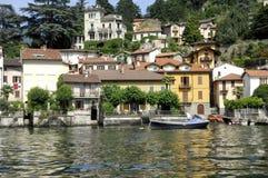 Dorf auf dem See in Italien Lizenzfreies Stockfoto