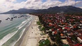 Dorf auf dem Strand in Vietnam stock video