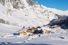 Dorf auf den Alpen Lizenzfreie Stockfotos