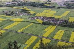 Dorf auf den Gebieten lizenzfreie stockbilder