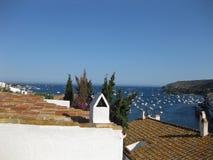 Dorf auf der Mittelmeerküste stockfotos