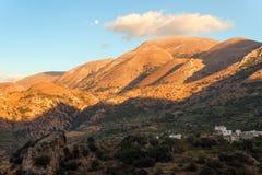 Dorf auf der Steigung des Berges Stockbilder