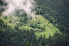 Dorf auf einem Gebirgshügel im Sommer Stockfoto