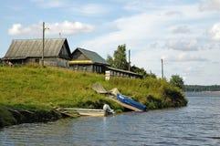 Dorf auf einem See Lizenzfreies Stockbild
