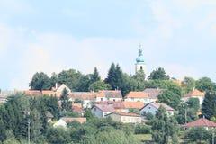 Dorf auf Hügel Lizenzfreie Stockfotos