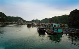 Dorf auf Meer lizenzfreies stockfoto