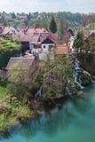 Dorf auf Wasserfall Stockbilder
