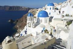 Dorf-blaue Kirchen-Hauben-Architektur-Kessel-Ansicht Santorini Griechenland Oia Lizenzfreies Stockfoto