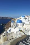 Dorf-blaue Kirchen-Hauben-Schritte Santorini Griechenland Oia Stockfotos