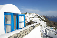 Dorf-blaues Fenster-Landhaus Santorini Griechenland Oia Lizenzfreie Stockfotografie