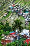 Dorf bringt nahe Reisterrassenfeldern unter Erstaunliche abstrakte Beschaffenheit Banaue, Philippinen Stockfoto