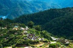 Dorf bringt nahe Reisterrassenfeldern unter Erstaunliche abstrakte Beschaffenheit Banaue, Philippinen Stockbild