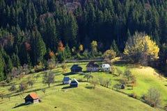 Dorf in Bucegi-Bergen Stockbild