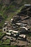 Dorf, das auf Bergen steigt Stockfotos
