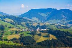 Dorf in den österreichischen Alpen Lizenzfreie Stockfotos