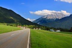 Dorf in den österreichischen Bergen, Alpen Stockbilder