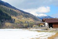 Dorf in den Alpen Österreich Stockbilder