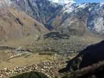 Dorf in den Bergen lizenzfreies stockbild