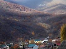 Dorf in den Bergen, Herbstsaison Stockbild
