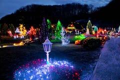 Dorf in den bunten Weihnachtslichtern Stockbild
