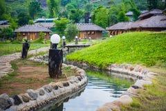 Dorf der chinesischen Art unter der Beschaffenheit des Berges und des Flusses Lizenzfreie Stockfotos