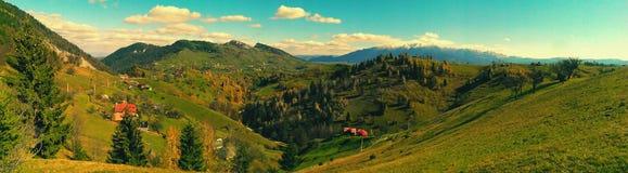 Dorf in der rumänischen Landschaft stockfotografie