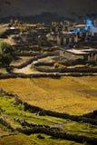 Dorf in der tibetanischen Landschaft stockfoto