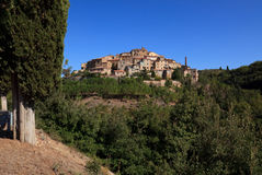 Dorf in der Toskana. Village on a hill in Tuscany Stock Photos