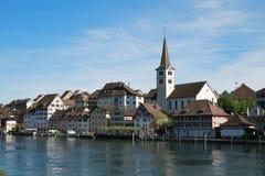 Dorf Diessenhofen mit Fluss Rhein stockbild