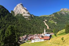 Dorf Dolomiti - Penia lizenzfreie stockfotografie