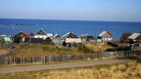 Dorf durch das Wasser lizenzfreie stockfotos