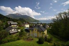Dorf durch den alpinen See Stockfoto
